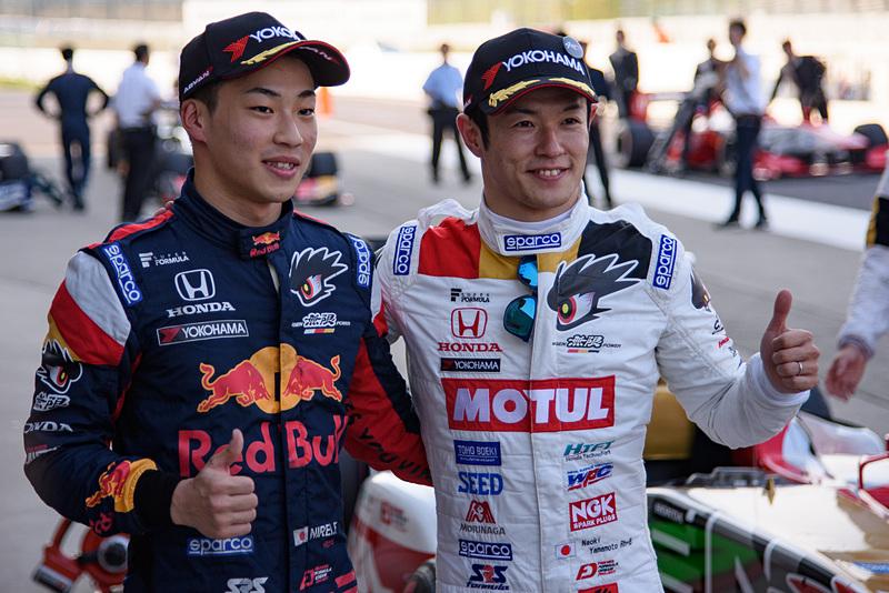 ポールポジションの山本尚貴選手(右)と、デビュー戦ながら予選2位を獲得した福住仁嶺選手(左)
