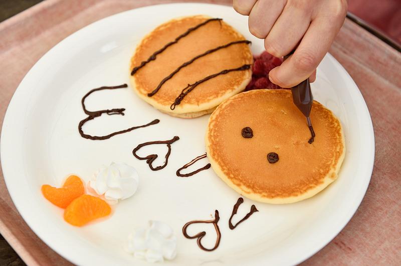 チョコレートでお絵かきできる「ぶんぶんのおえかきパンケーキ」