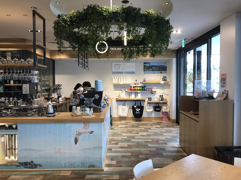 メルセデス・ベンツ浦安に併設するカフェ LAUMELIA。販売店の雰囲気とはガラリと変わり、明るくフレンドリーなカフェは心がほっこり。でも、こちらも販売店の社員が運営しているそうで、メルセデス・ベンツは一般的に浸透しているイメージよりも、もっとオープンで柔軟性があるんだなぁと感じます