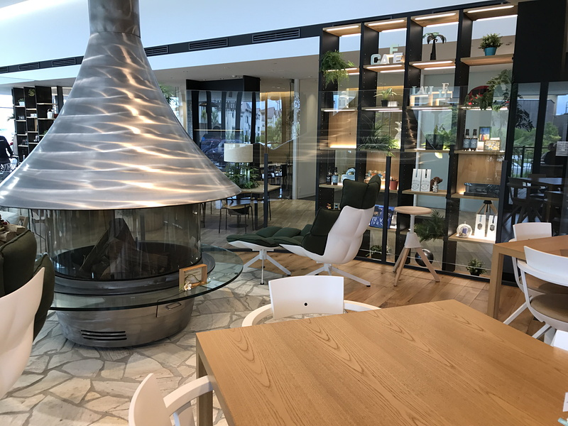 冬になると、メラメラと揺れる炎に癒される大きな暖炉が人気。足を伸ばせるチェアもあって、ついウトウトしちゃいそうですよね