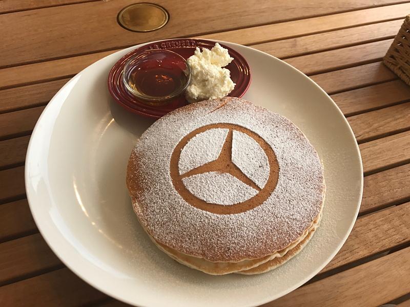 もっちりとした生地が美味しい、メルセデスパンケーキも通常メニューにラインアップしています