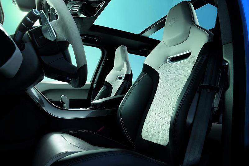 レンジローバー スポーツ SVRではエンジン出力を25PSアップの575PSに高め、スポーツサスペンションを標準装備する