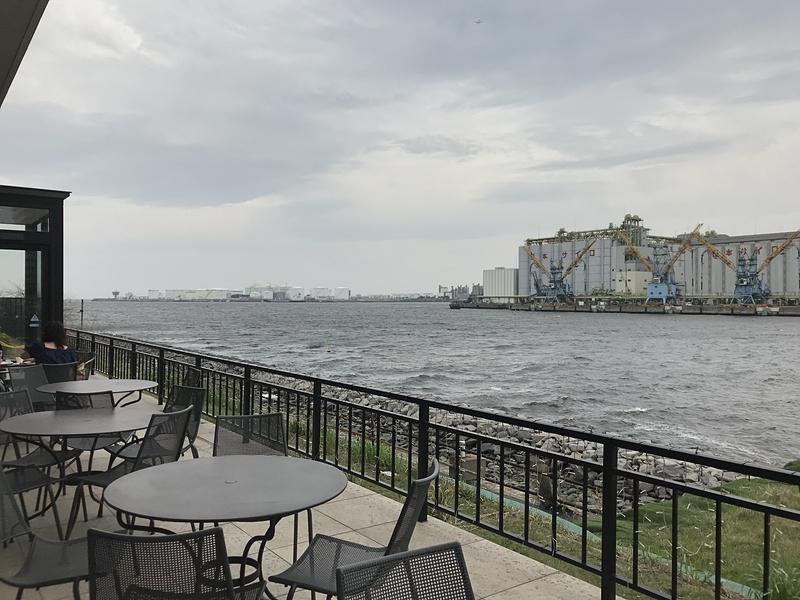 シーフードレストラン「PIER-01」のテラス席は、海が間近でとっても気持ちがいいところ。ワンちゃん連れでもゆったりと食事が楽しめます