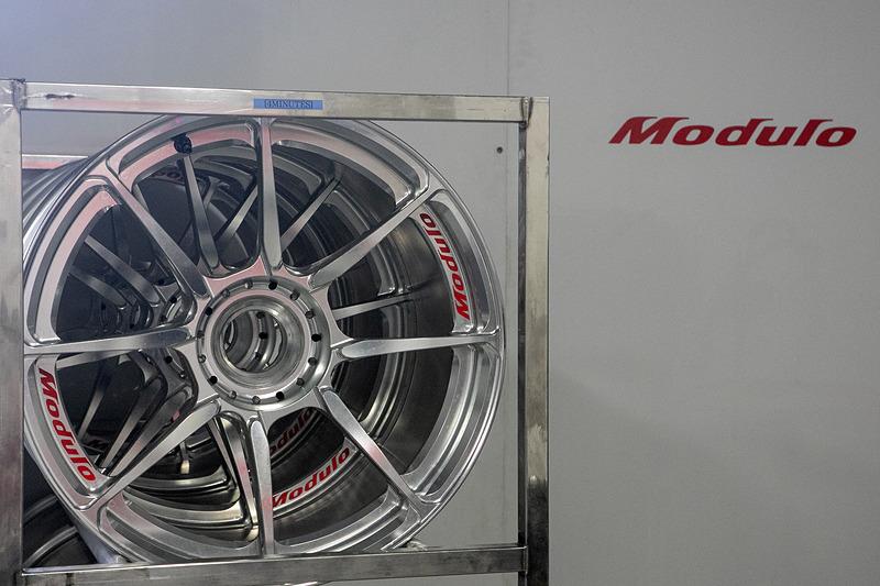 34号車にはホンダアクセス製NSX専用ホイール「MR-R03」とイメージを共通化した「Moduloレーシングホイール」を装着