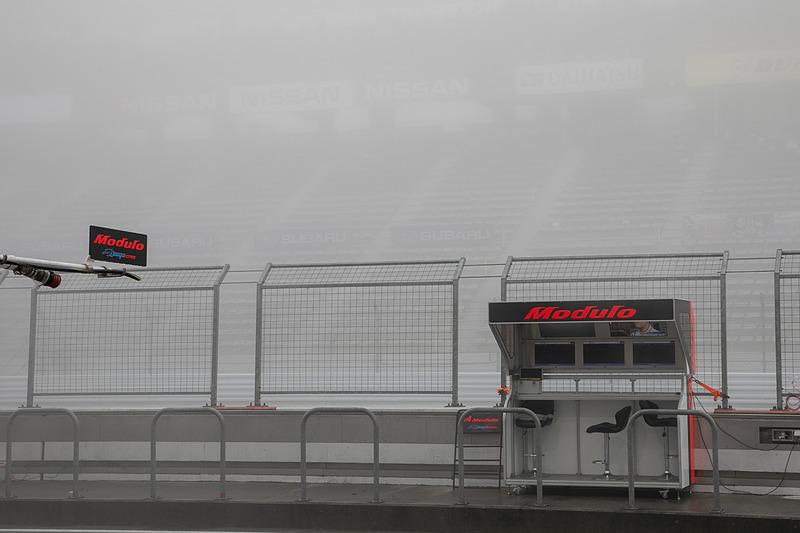 濃い霧がたちこめて視界がない状況。公式練習の時間になってもピットアウトするクルマはなく、そのままタイムアウトを迎えた