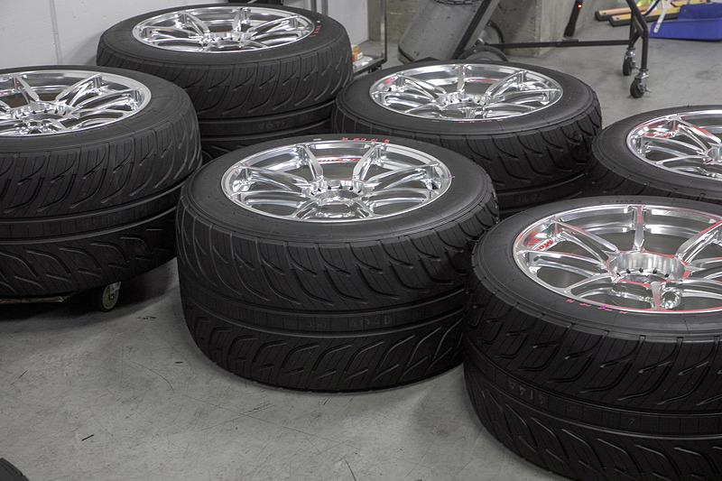 これは雨の日用のレインタイヤ。34号車はドライ、レインとも横浜ゴムのレーシングタイヤを使用する