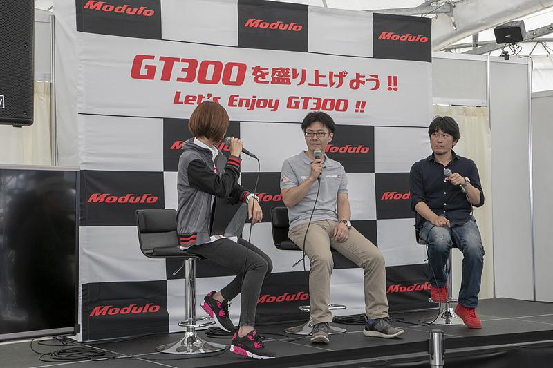 山田弘樹氏(右)と長野正和氏(左)によるGT300応援トークの「GT300を盛り上げよう!! Let's Enjoy GT300!!」の模様。GT300を楽しむために知っておきたいモータースポーツの基礎知識が解説された。GT300盛り上げステージは毎戦開催されるので、SUPER GTを初めて見に行く人はHondaブースに立ち寄ってこのステージを見ておいたほうがいいだろう