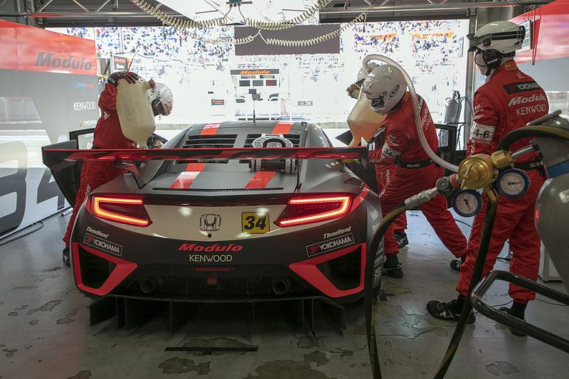 ウォームアップ走行は道上選手が担当。道上選手がピットインしたあとクルマはガレージへ戻される。ガレージ内で第1スティント分の燃料が搭載される