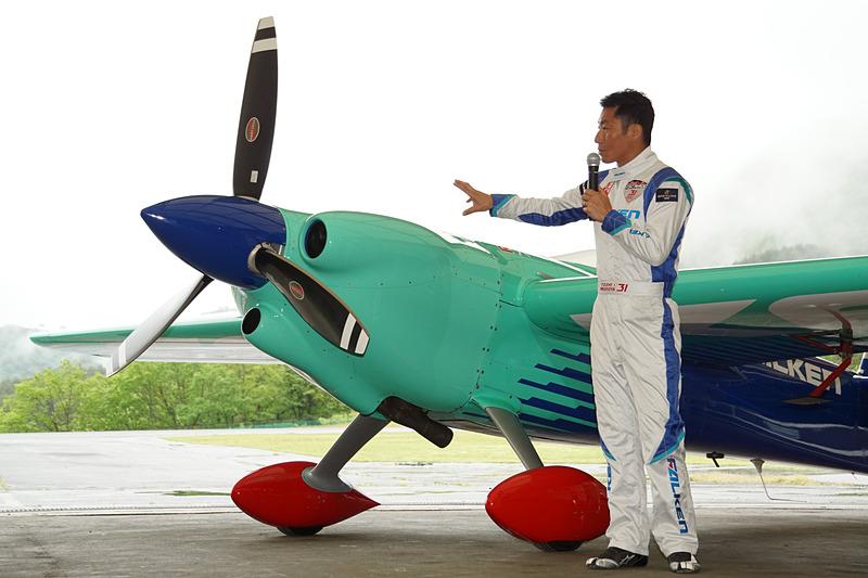 機体の改良ポイントについて説明する室屋選手