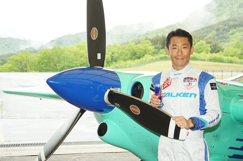 地元福島の「ふくしまスカイパーク」で機体の調整を進める、2017年のレッドブル・エアレース ワールドチャンピオンの室屋義秀選手