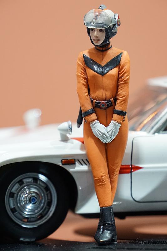 「帰ってきたウルトラマン」に登場する「マットビハイクル」とMAT女性隊員「丘ユリ子」のレジン製フィギュアのセット
