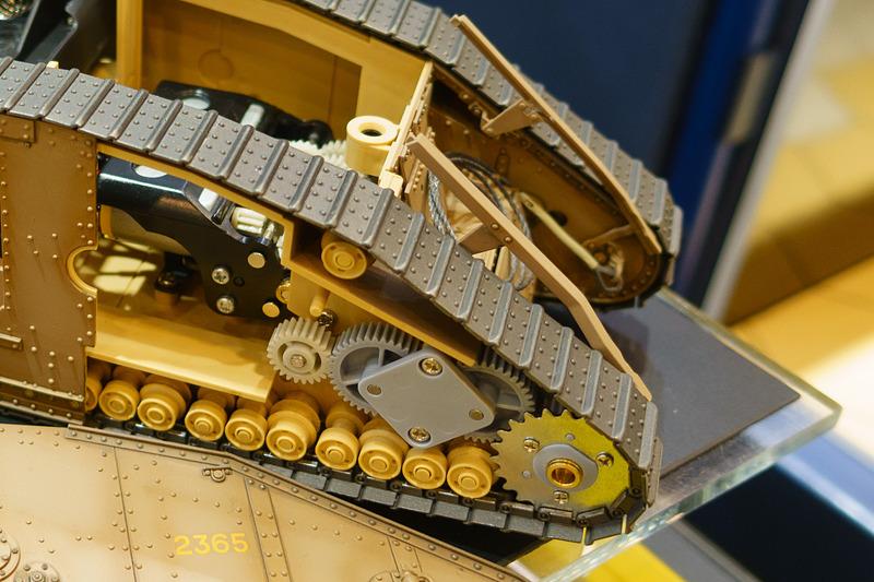 マークIV メールの内部構造。細密なギア、そして左右の駆動輪をコントロールするモーターの配置などが分かる