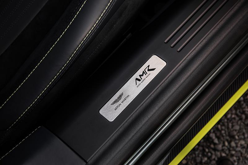 インテリアではダークナイト・レザーとライム・ステッチ、サテンダーク・クローム・スイッチギア、サテン・カーボンファイバー・トリムが採用される