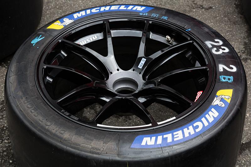 各タイヤメーカーが作り込んできたタイヤがレースマシンに装着される