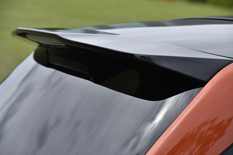 ドアミラーや大型テールゲートスポイラーがブラック塗装となっている
