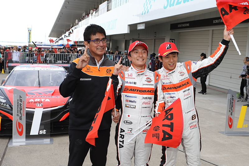 優勝を喜ぶARTAチーム。左から鈴木亜久里監督、野尻智紀選手、伊沢拓也選手