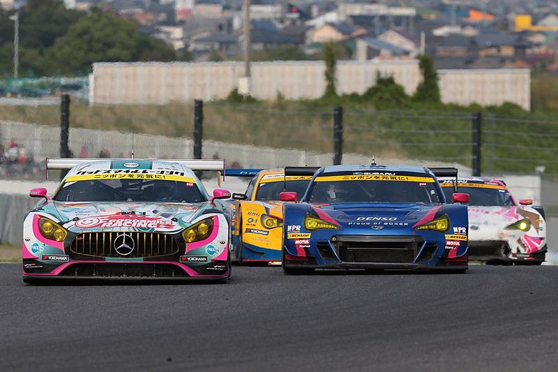 0号車 グッドスマイル 初音ミク AMG(谷口信輝/片岡龍也組、YH)を先頭に繰り広げられた2位争い。GT300クラスは熾烈な2位争いが繰り広げられた