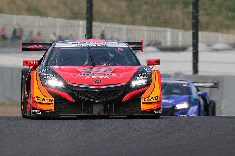 8号車 ARTA NSX-GT(野尻智紀/伊沢拓也組、BS)と100号車 RAYBRIG NSX-GT(山本尚貴/ジェンソン・バトン組、BS)のトップ争い