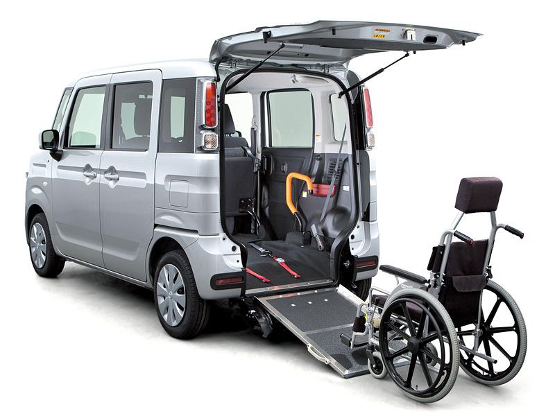 リアバンパーと連動する「テールゲート一体型スロープ」を採用。写真の「リアシート付」ではベンチタイプの折りたたみ式リアシートを備え、車いすを搭載しない場合は4人乗車が可能