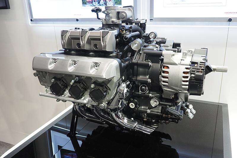 水平対向6気筒エンジンと第3世代DCTを展示した
