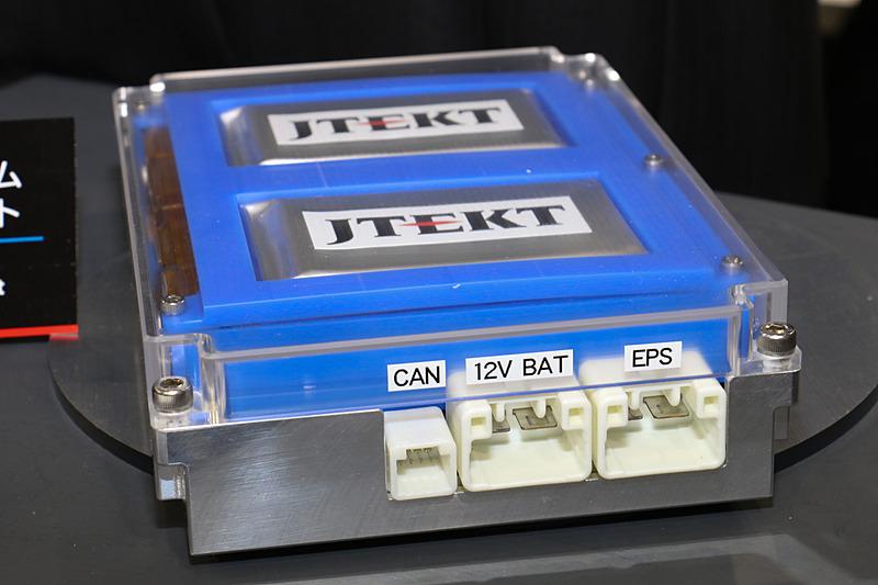 側面にはEPS用のほか、12Vの出力コネクターを設定
