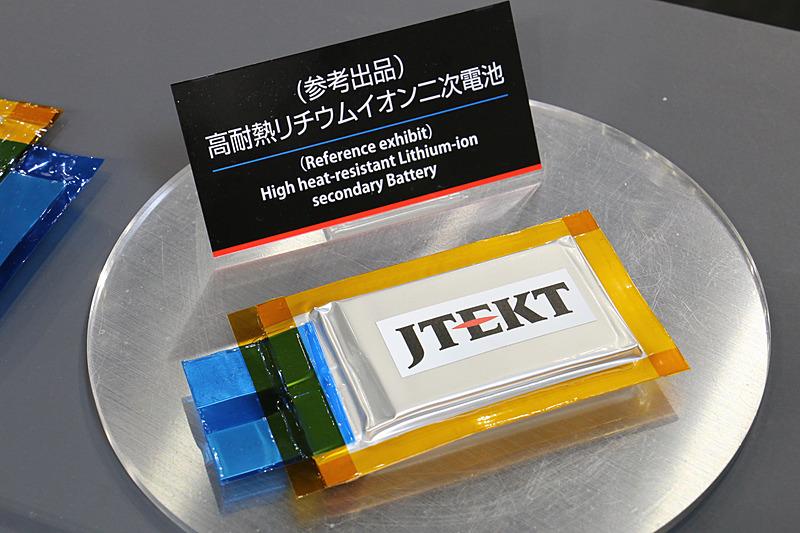 高耐熱リチウムイオンキャパシタで培ったノウハウを応用した参考出品の「高耐熱リチウムイオン二次電池」。リチウムイオンバッテリーはさまざまなパテントが他社に押さえられているためジェイテクトとして製品化する計画はないが、ジェイテクトが特許出願した高耐熱化の技術を他社に提供することは可能とのこと。高耐熱化で冷却システムが不要になり、コンパクトで軽量な設計を実現できることも大きなメリットだとアピールしている