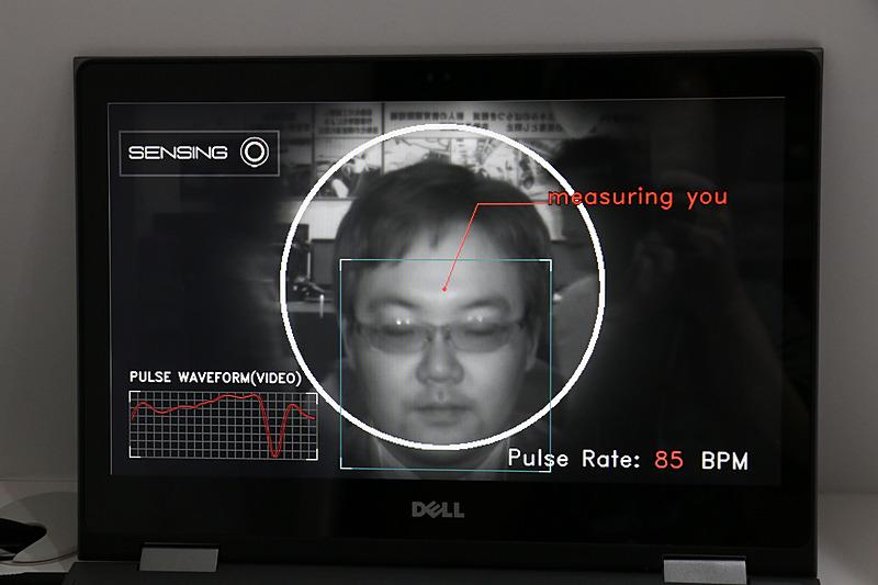 カメラが目、鼻、口の位置から顔を検出。右下の数字が脈拍数となっている