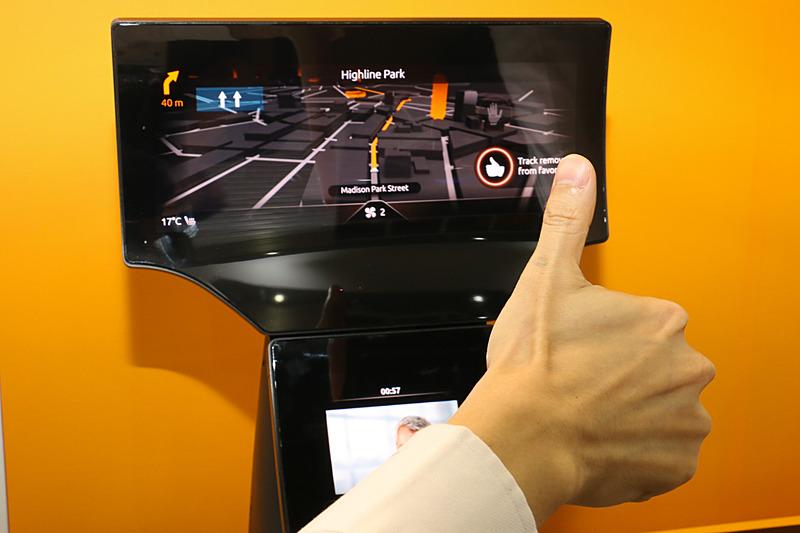 ナビ表示を行なっている横型ディスプレイの下にカメラを内蔵。画面内にあるサムアップのアイコンの外周がインジケーターになっており、乗員のアクションを検知すると時計回りにインジケーターが点灯。1周するまで維持するとアクションが入力される
