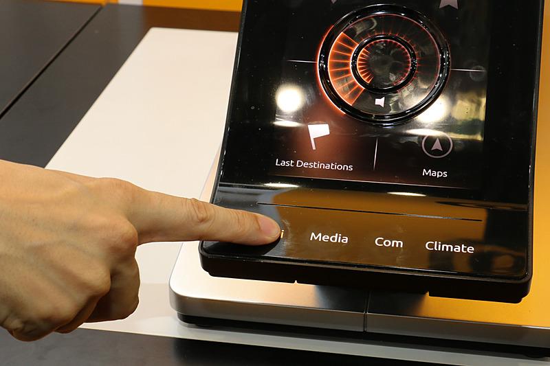 縦型ディスプレイ下端はカーナビやオーディオ、エアコン設定などの切り替えスイッチとなっている。しっかりした強度のあるディスプレイだが、「ハプティック(触覚)フィードバック」によってクリック感が与えられ、カチッと押し込んだような手応えが感じられた