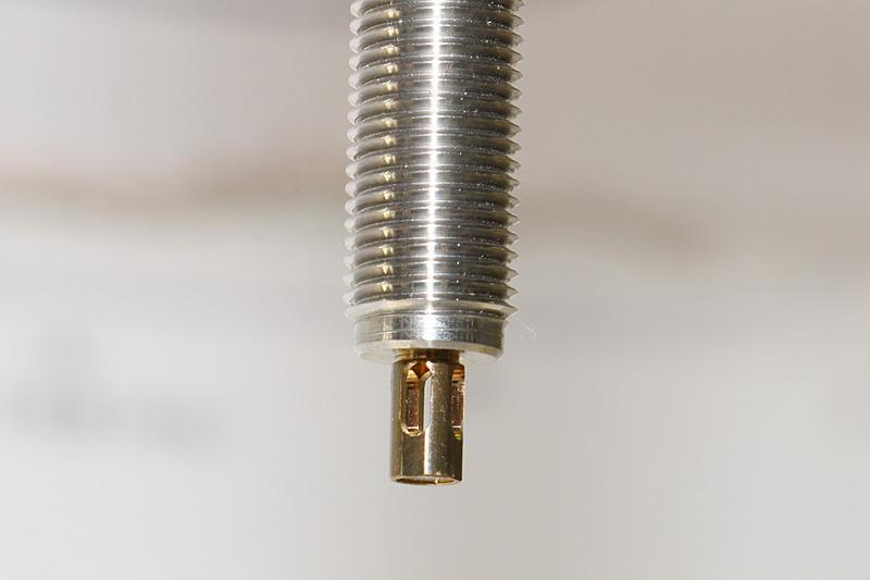 エンジンに取り付けられるディオメラスの小型プローブ。金色の先端部分に設定された四方のスリットからエンジン内の気体が入り、内側でレーザー光が往復するときに気体内をレーザー光が通過。戻ってきたレーザー光に含まれる要素を解析することで、エンジン内の状況を測定する仕組みとなっている