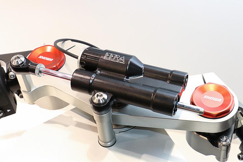 SHOWA EERA ステアリングはハンドル中央に設置。ダンパーのバルブ開度をフィードフォワード制御で自動調整してライダーの負担を軽減