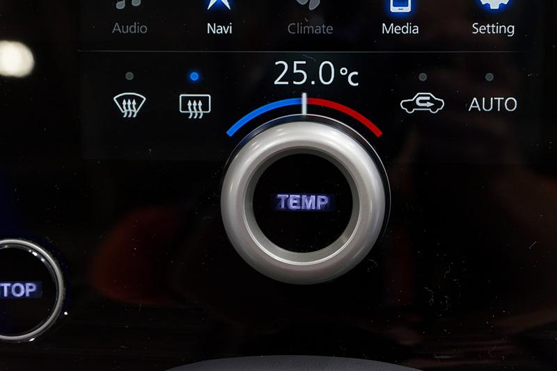 エアコン操作時は「TEMP」に。また、オーディオ操作時は「VOL」になる