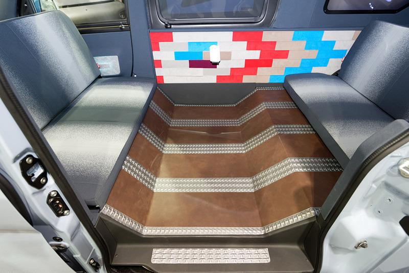 車内の側面とフロアに特殊な導電シートが設置されている