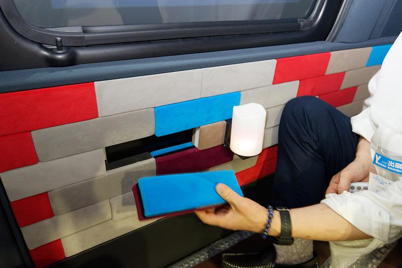 ブロック状に取り付け・取り外しが自由な内装材。この奥に照明を近づけるだけで明かりが点灯する