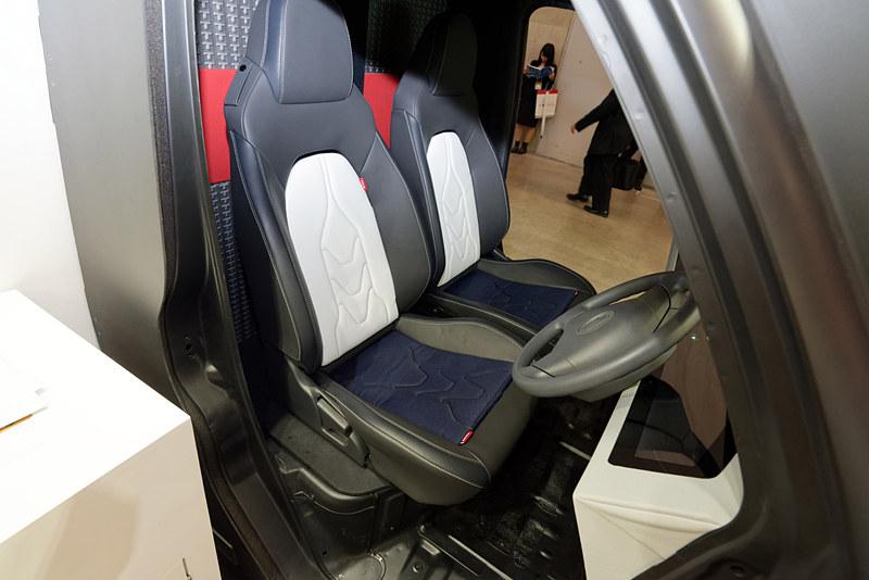 カーナビと連動し、右左折のタイミングでシートの側面を振動させて気付かせてくれる
