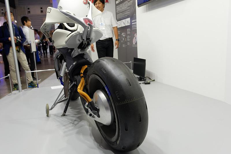 コンセプトタイヤはブリヂストンが開発。車体開発に8カ月かかったが、なかでも「タイヤのリードタイムが一番長かった」と担当者