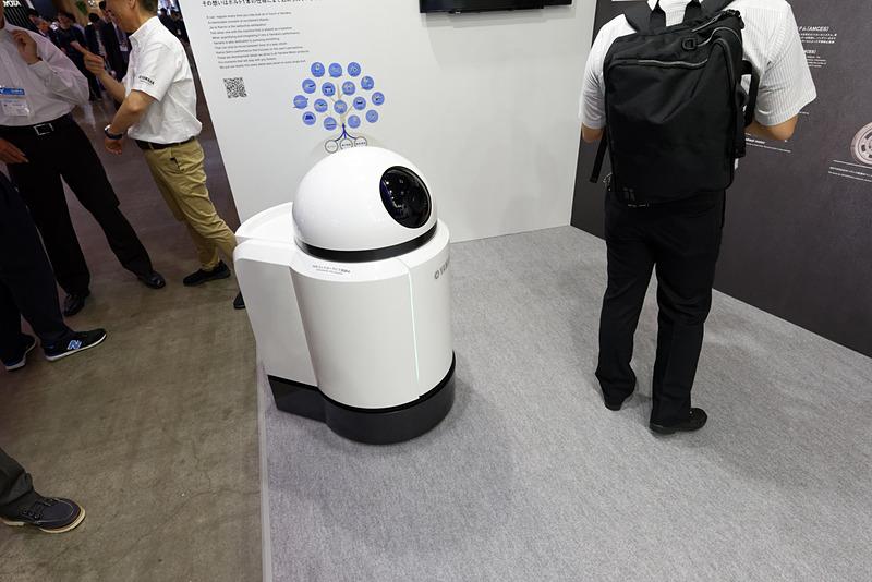 工場などの製造現場で監視やスタッフの補助を担う自律走行ロボット「AFV」。ブース内を常にうろうろしている