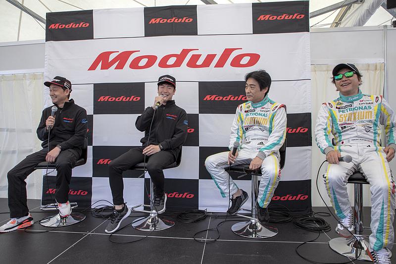今回の「Modulo Drago CORSEトークショー」のゲストは、2号車 シンティアム・アップル・ロータスの高橋一穂選手と加藤寛規選手