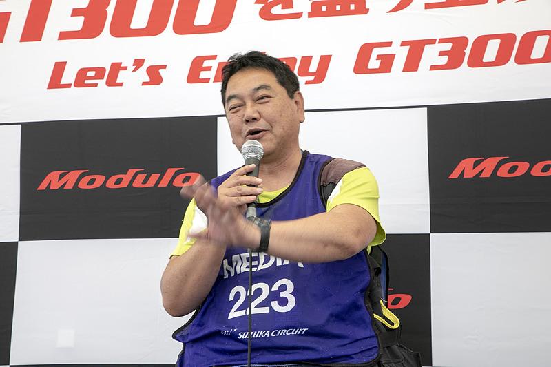 カメラマンの奥川浩彦氏。被写体としてのGT300クラスの魅力を語るカメラマン目線トークは、ステージ前の集まったカメラ好きから共感を得ていた