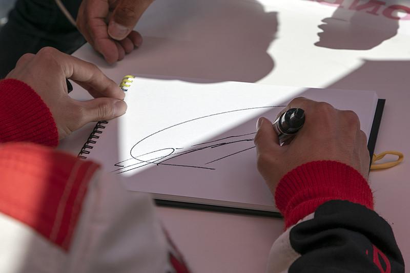 ピットウォークではドライバーのサイン会も開催。2名のドライバーが揃うタイミングはレースごとに違うので、道上選手と大津選手のサインがほしい人はピット前で待機しておこう