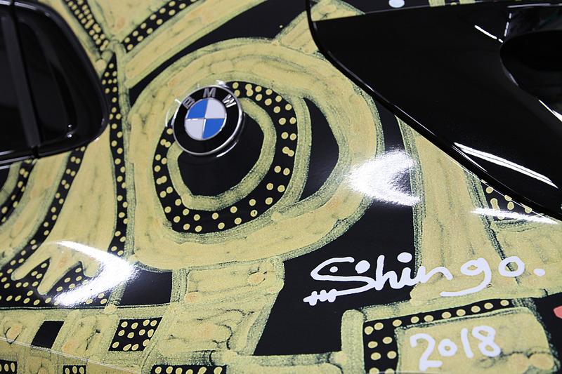 展示されるX2 ラッピング・カーのディテール。X2のコミュニケーションカラーであるゴールドが多用されている