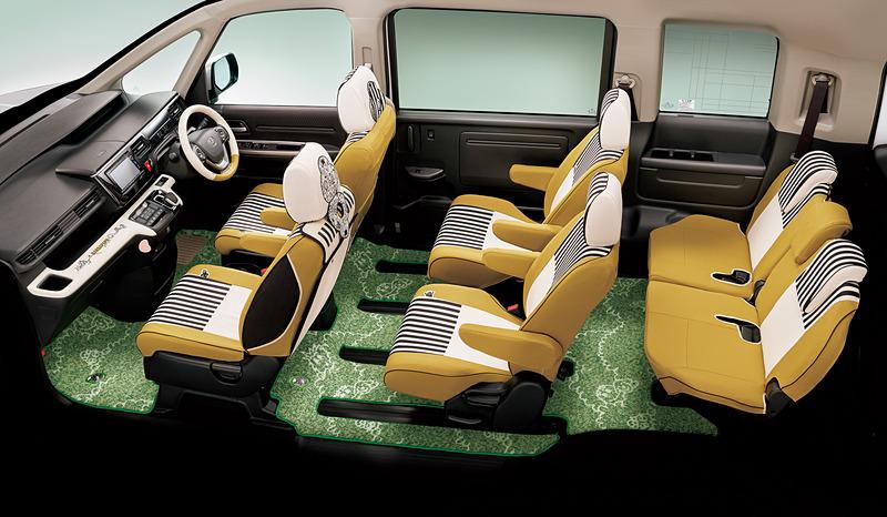 《BARBAPAPA》 COLLECTIONのインテリアアイテム装着イメージ。足下は芝生をイメージした「フロアカーペットマット(デザインタイプ/消臭・抗菌加工/ヒールパッド付/1、2、3列目用セット)」で彩りを。価格は各9万720円