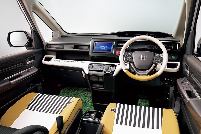 「シートカバー(フルタイプ/ファブリック/1、2、3列目セット/運転席・助手席シートバックアッパーポケット&助手席シートバックポケット対応ファスナー付)」は「2列目キャプテンシート用」「2列目6:4分割ベンチシート用」の設定。価格は各5万7240円