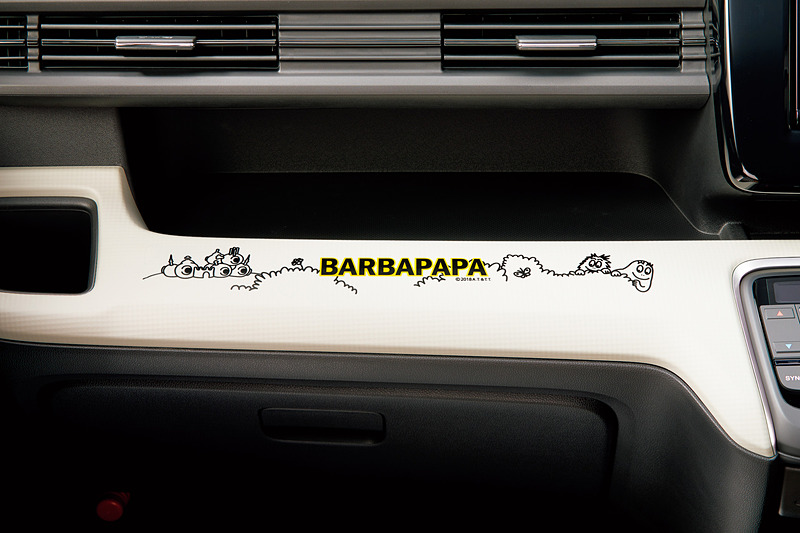 マットアイボリーの「インテリアパネル(インパネミドルパッド部)」は各2万1600円。車内をバーバパパで彩る「インテリアステッカー」を同時装着できる。インテリアステッカーはインパネミドルパッド部(助手席側)・インパネアッパーボックス下部(運転席側2カ所)の3枚セットで価格は5400円。