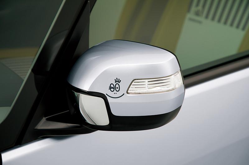 ドアミラー部・リアクォーターウィンドウ部に貼り付ける「エクステリアステッカー」は、左右4枚セットで8640円