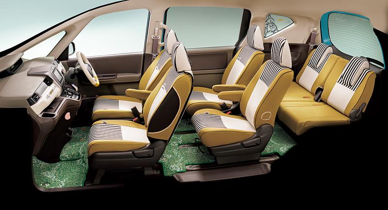 《BARBAPAPA》 COLLECTIONのインテリアアイテム装着イメージ。芝生調の「フロアカーペットマット(デザインタイプ/消臭・抗菌加工/ヒールパッド付)」は、フリードのハイブリッド車用が各7万2360円、ガソリン車用が各6万6960円、フリード+のハイブリッド車用が各6万480円、ガソリン車用が各5万5080円