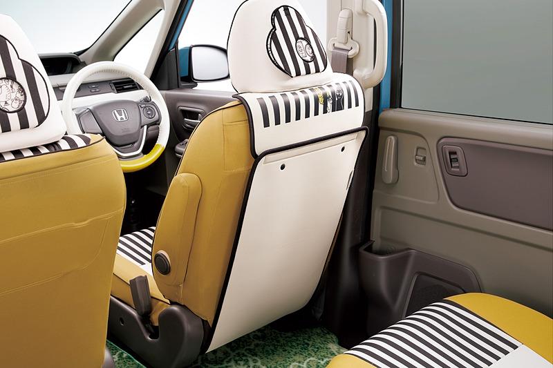 シートバックテーブルと同時装着可能な「キックガード(フロント席シートバック取り付け用/左右共用1枚売り/ベージュ)」の価格は6480円/枚