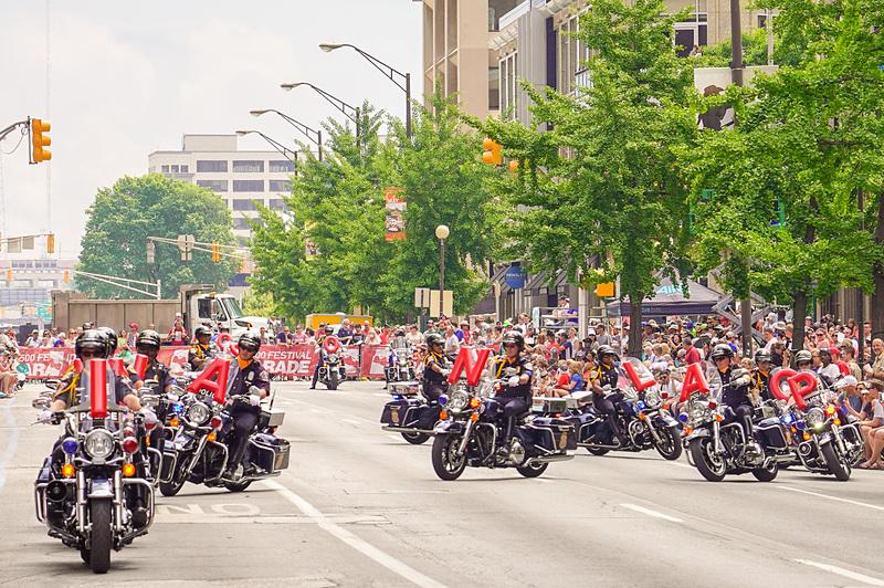 どこの国でも、パレードの最初は白バイ隊(こちらでは白くないが)と決まっているのか、地元警察のオートバイ部隊がINDIANAPOLIS 500の文字をバイクで表現