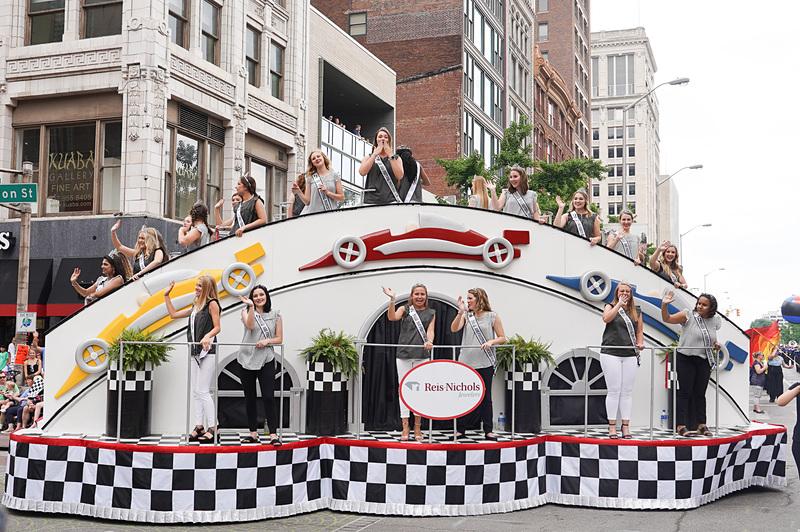 パレードの様子、地元の高校や企業などが工夫して作っている山車もなかなか見所