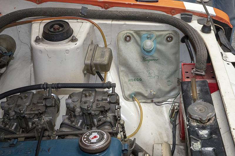"""通称""""カンガルー袋""""と呼ばれる日産純正のカンガルーウォッシャーバッグ。ウォッシャー液用のタンクではなく袋だ。もう製廃になっているが、復刻版も出たほど旧車ファンに人気のもの"""